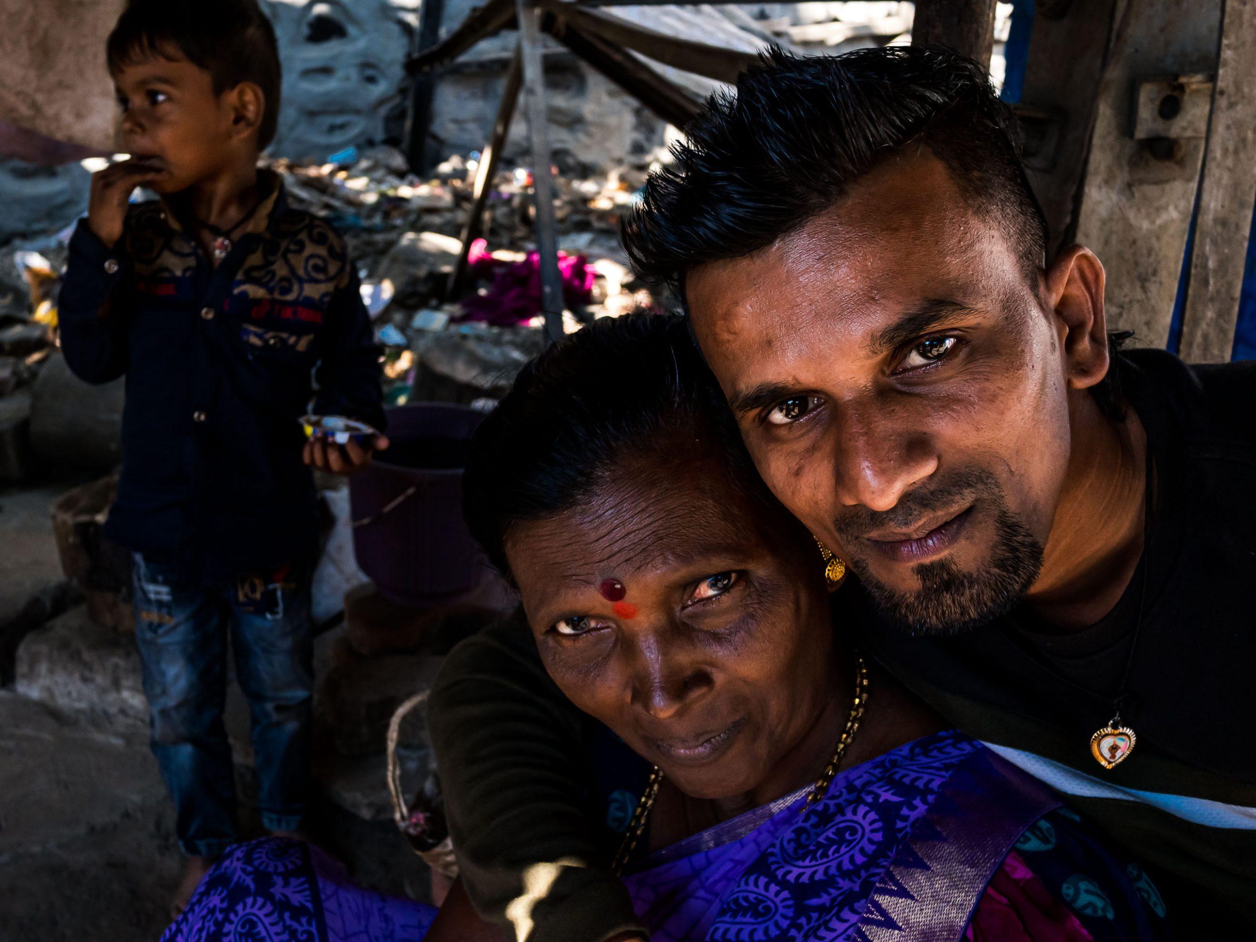 Mutter, Sohn und ein Junge in Powai, Indien