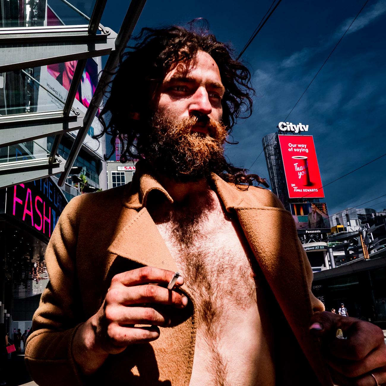 Mann mit offenem Hemd in Toronto