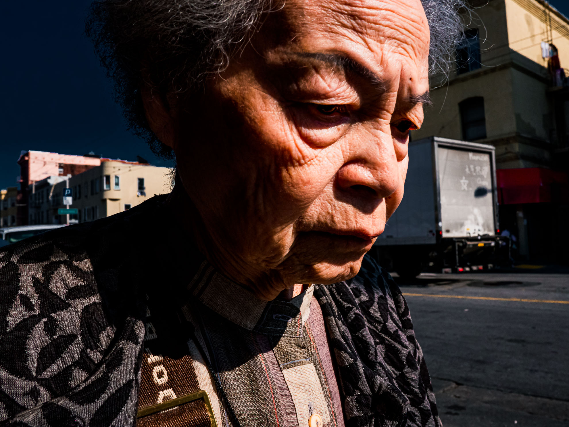Traurige Frau in Chinatown in San Francisco