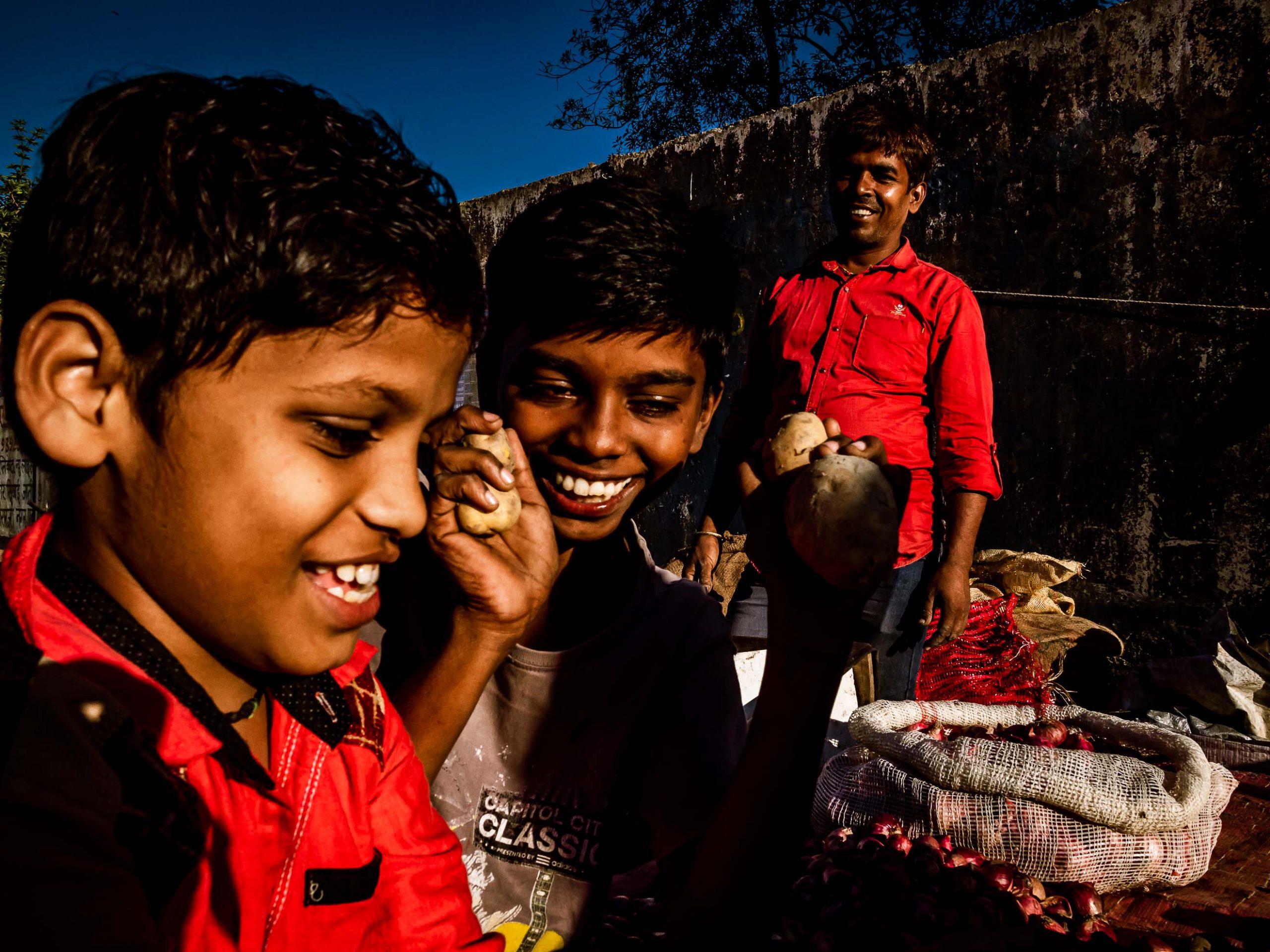 Kinder mit Spaß in Powai, Mumbai, Indien