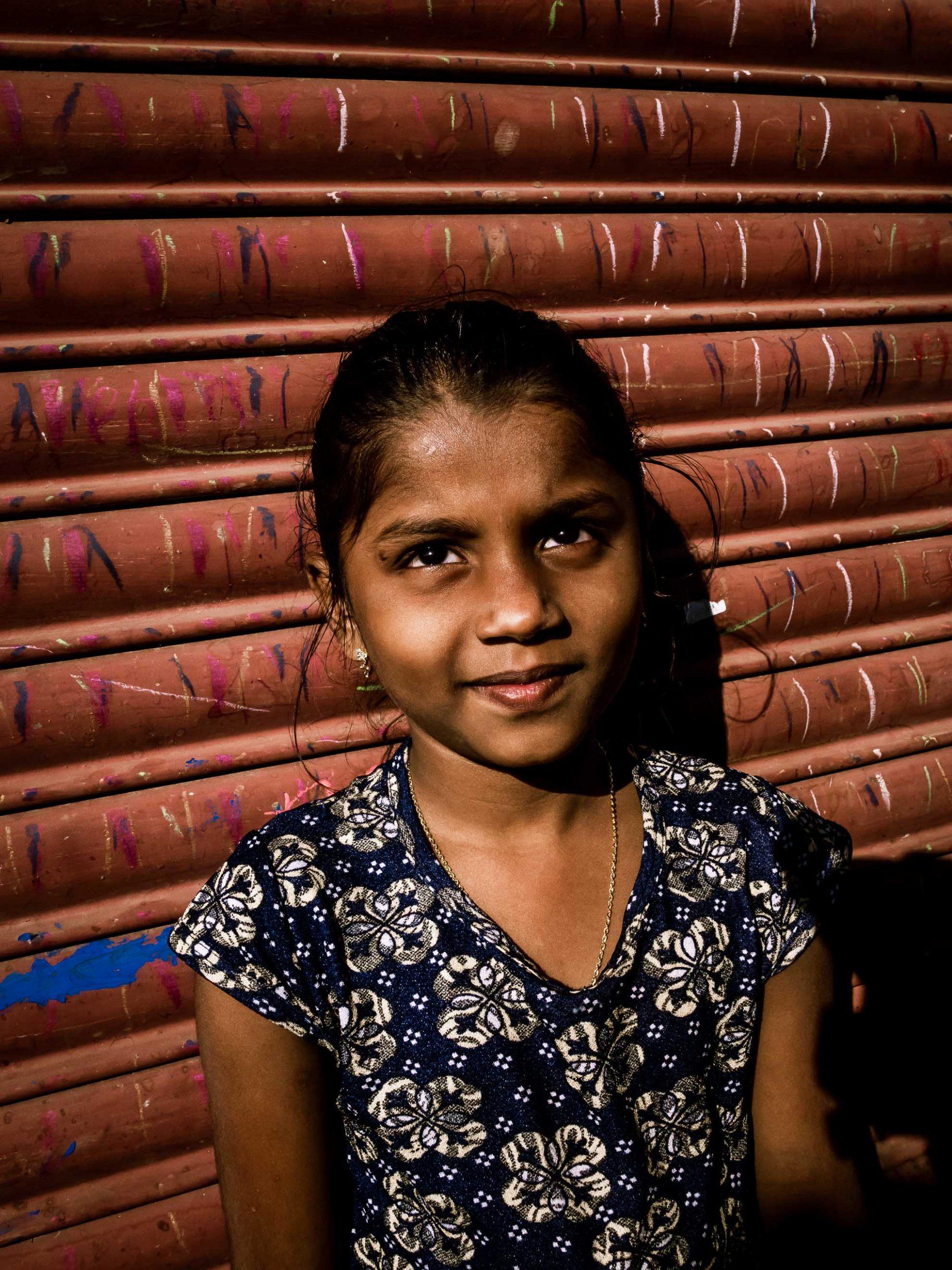 Junges Mädchen im Slum von Mumbai, Indien