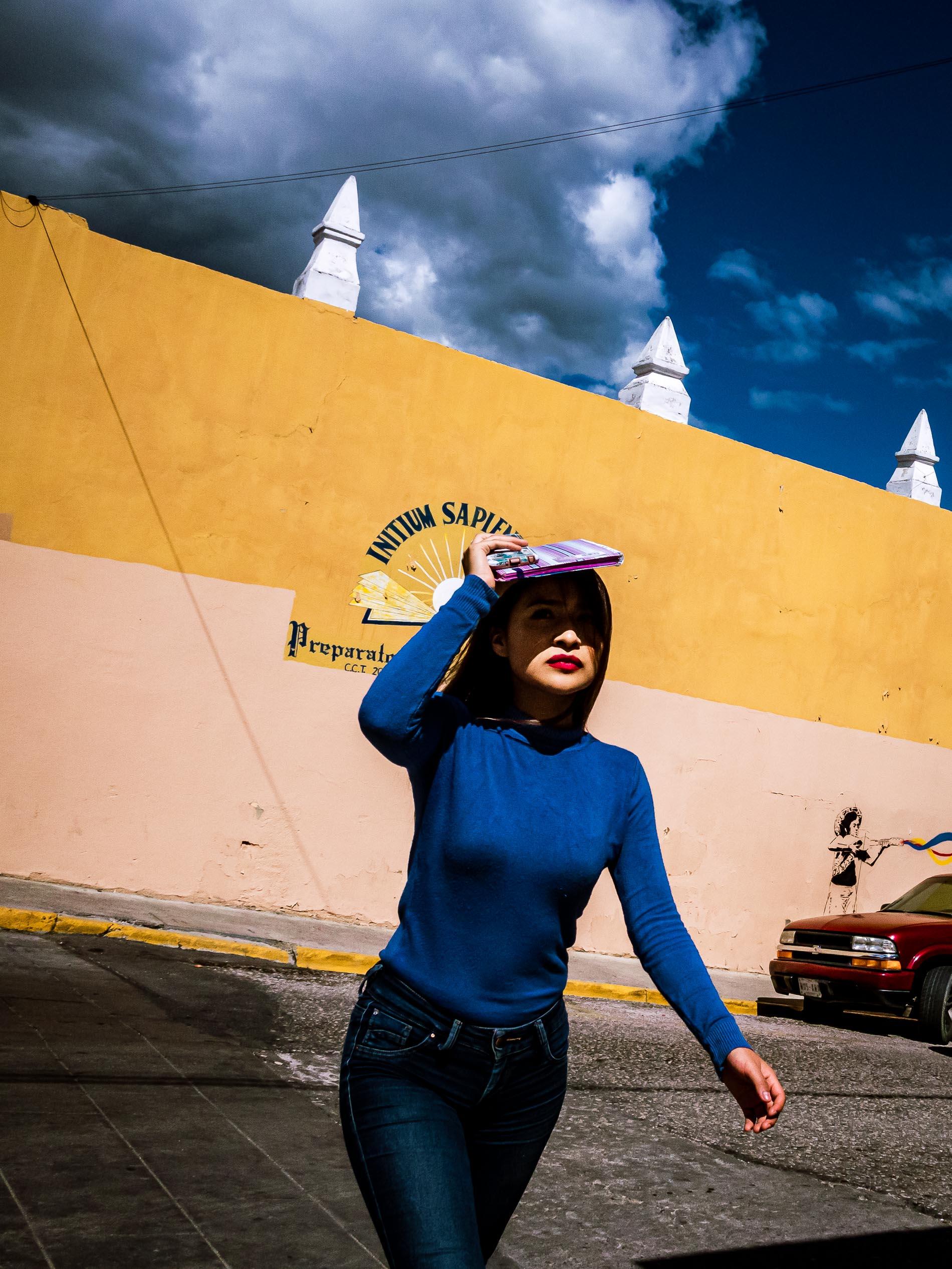 Junge Frau beim Überqueren der Straße in Oaxaca Mexiko