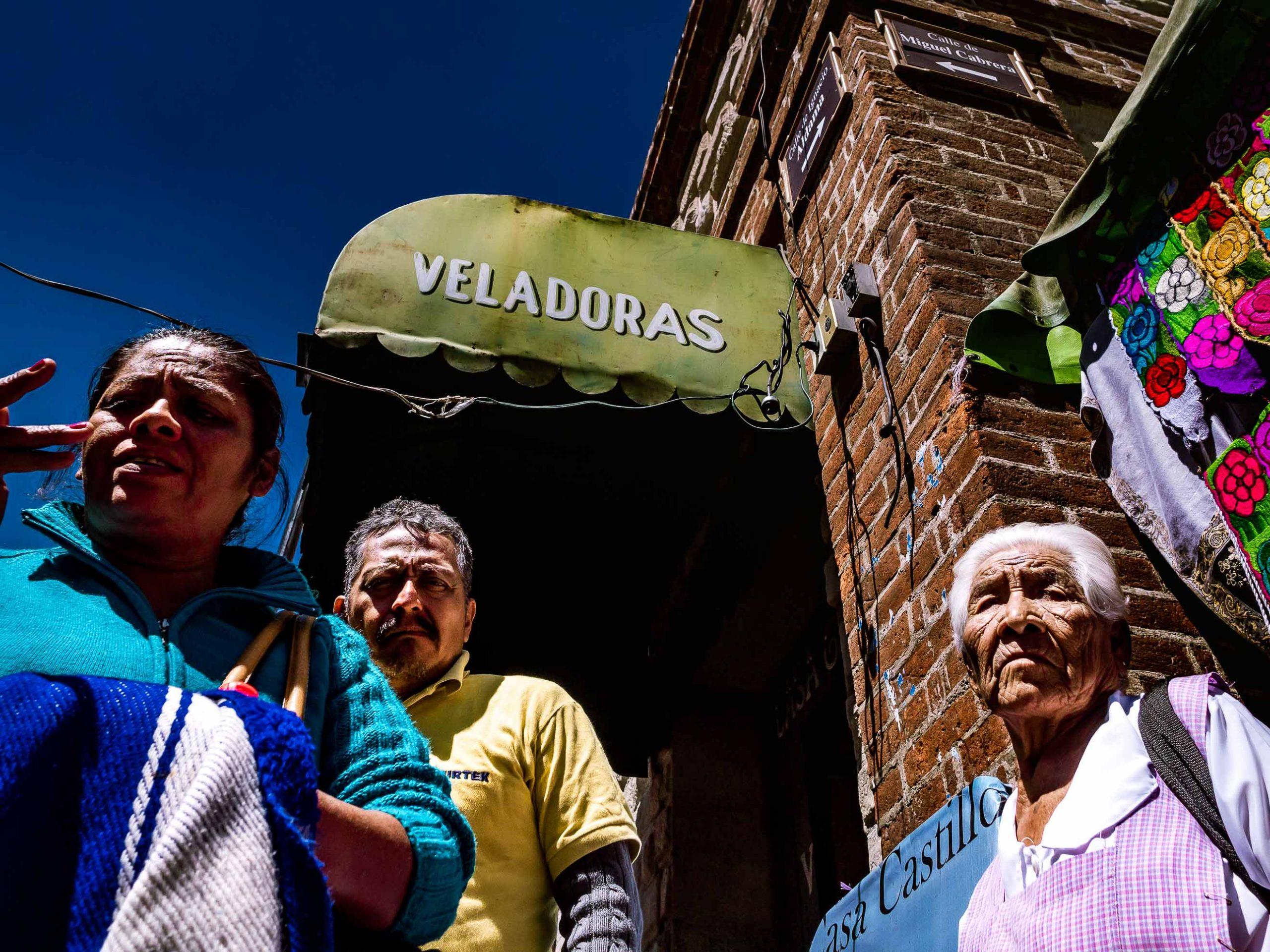 Gruppe von Menschen an einer Straßenecke in Oaxaca, Mexiko