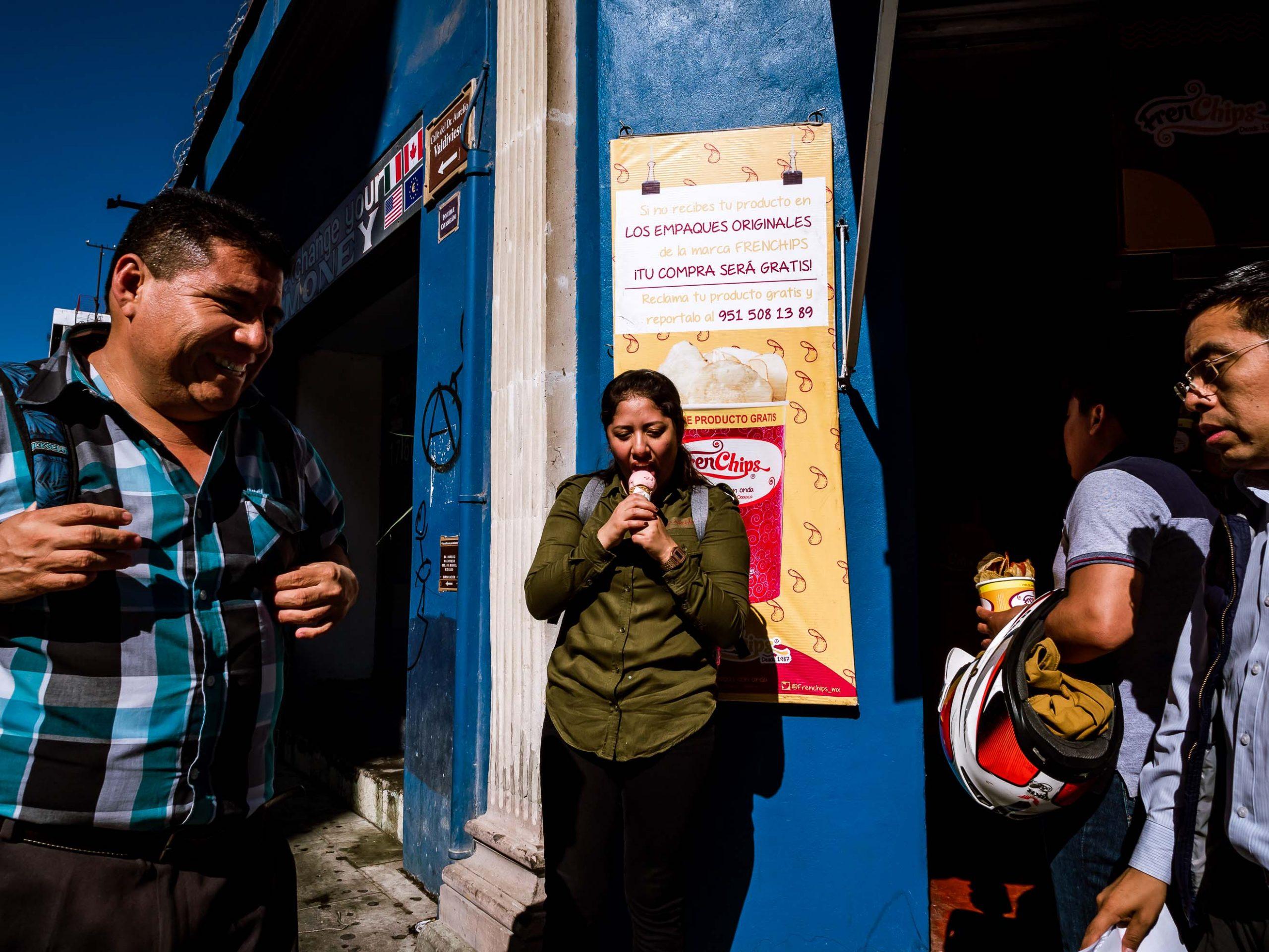 Frau schleckt Eis an einer Straßenecke in Oaxaca, Mexiko