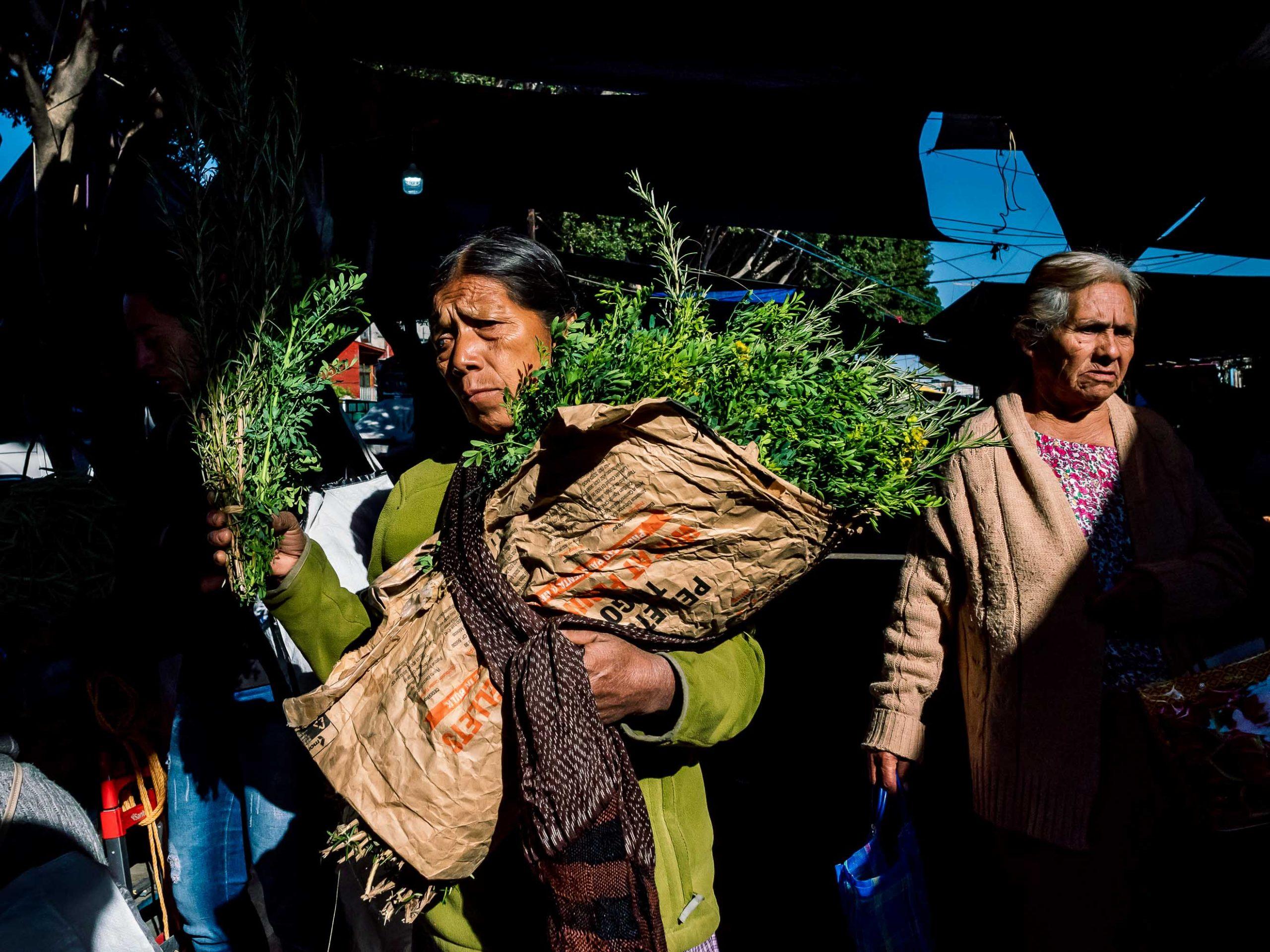 Frau mit Gemüse auf einem Markt in Mexiko
