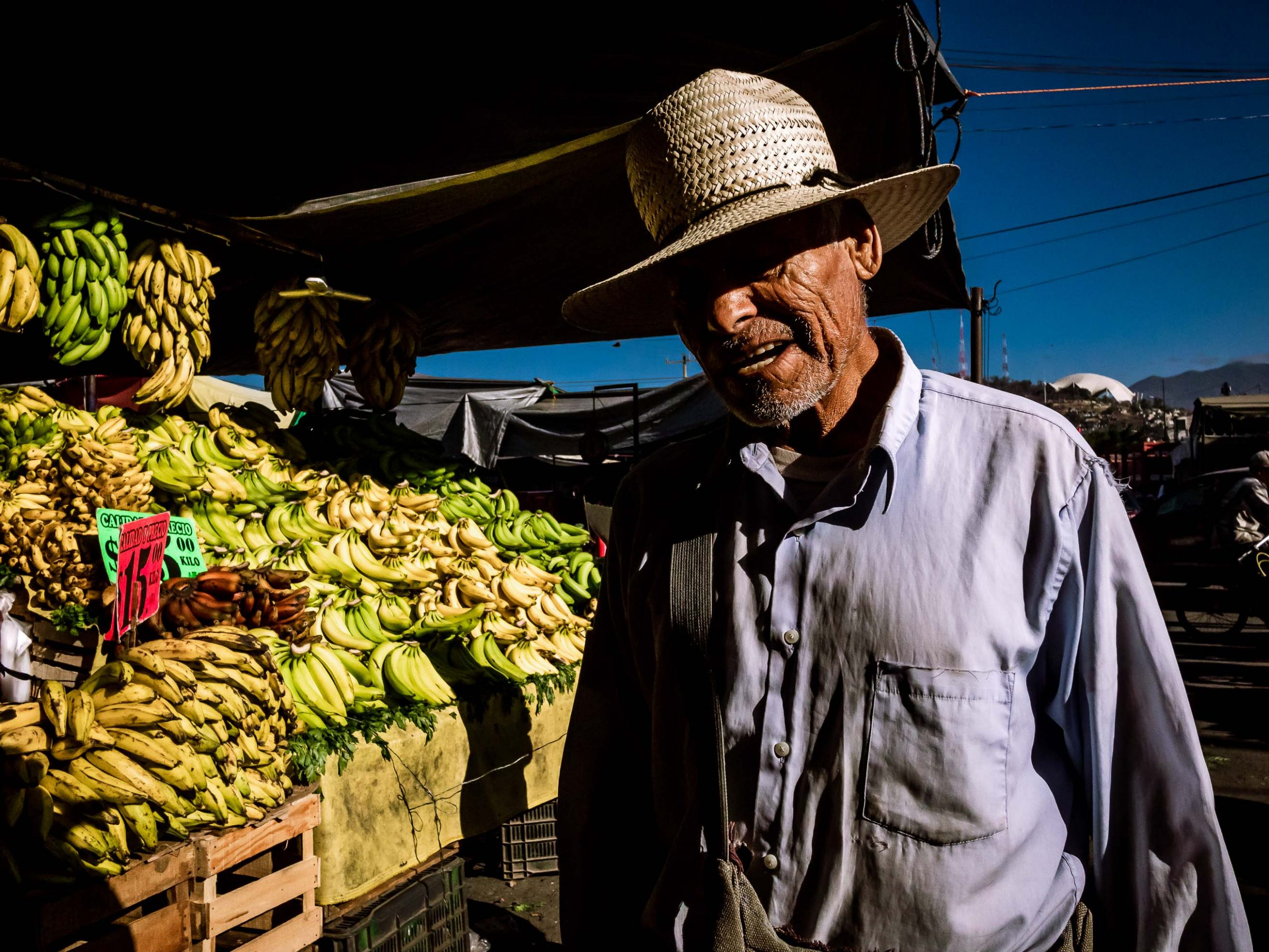 Mann morgens auf dem Markt in Oxaca, Mexiko