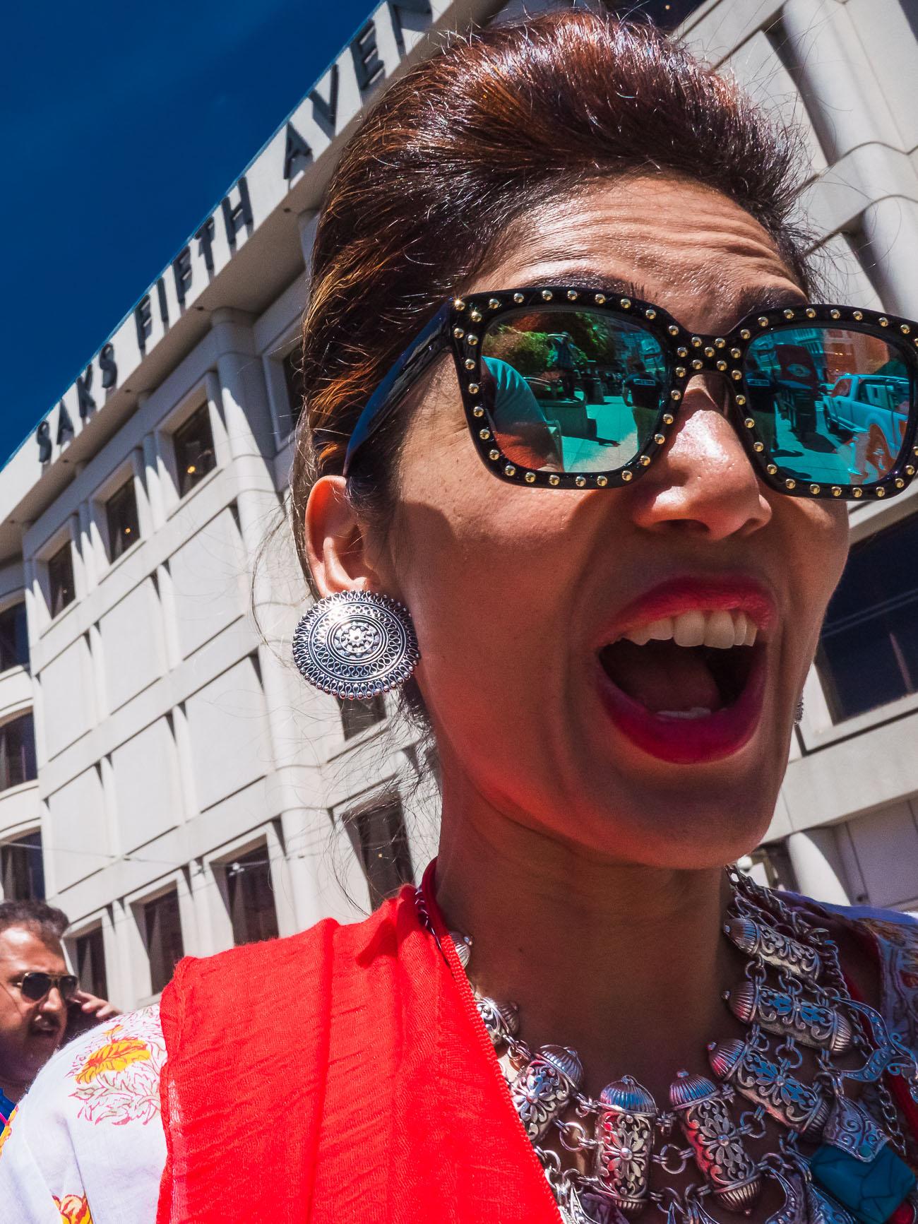 Frau in San Francisco hoch erfreut und überrascht