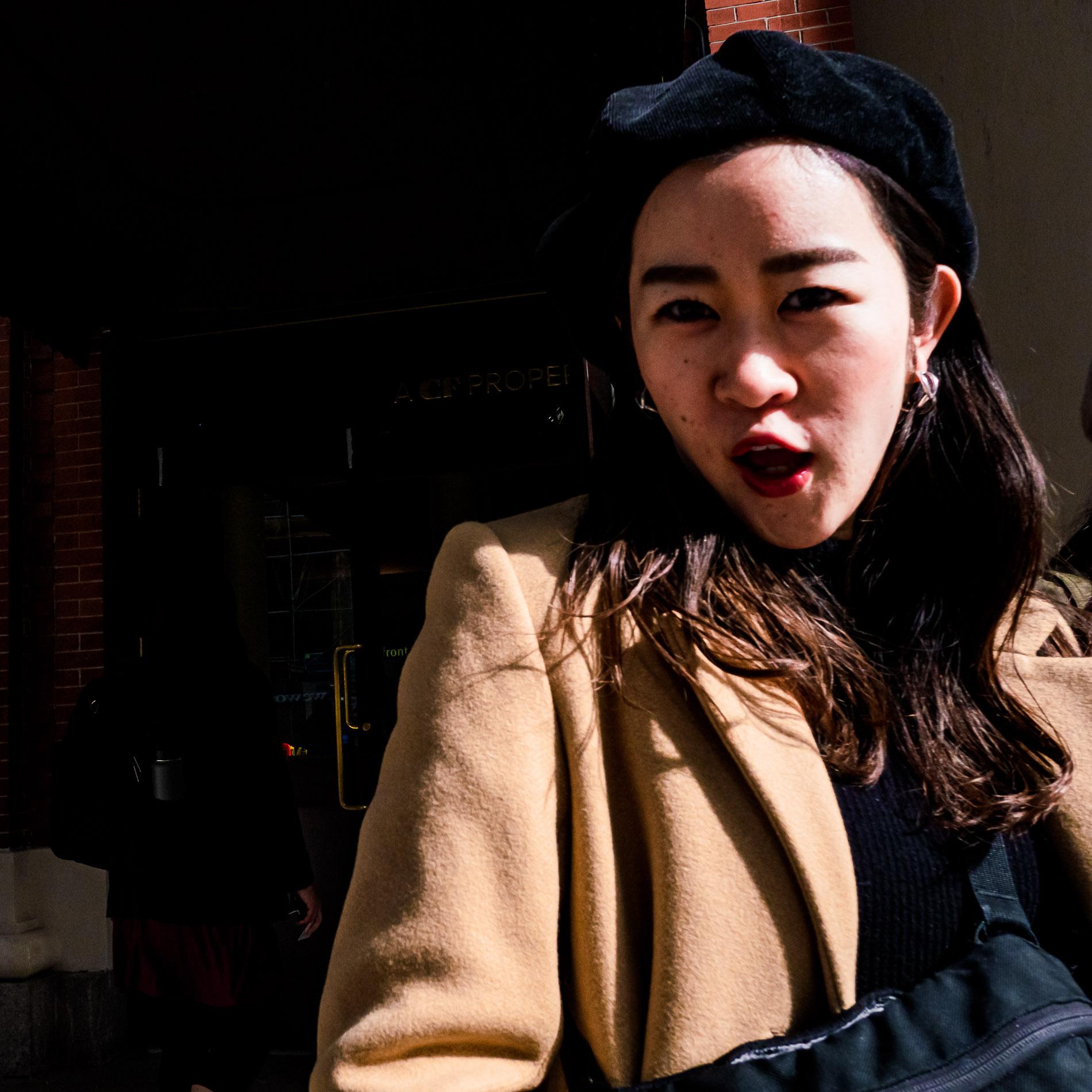 Junge Frau in Osaka sehr erfreut