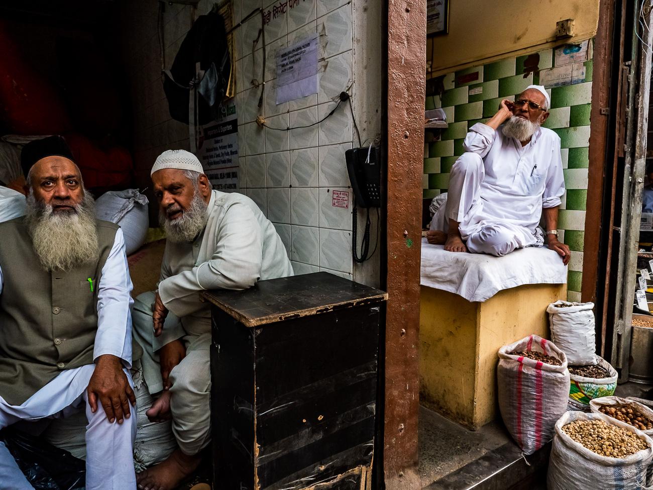 Blick in ein Strassenlokal in Delhi, Indien