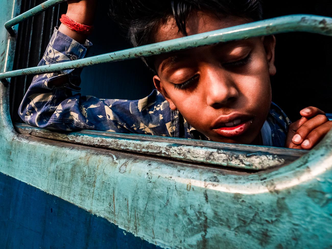 Bub im Zug in Indien