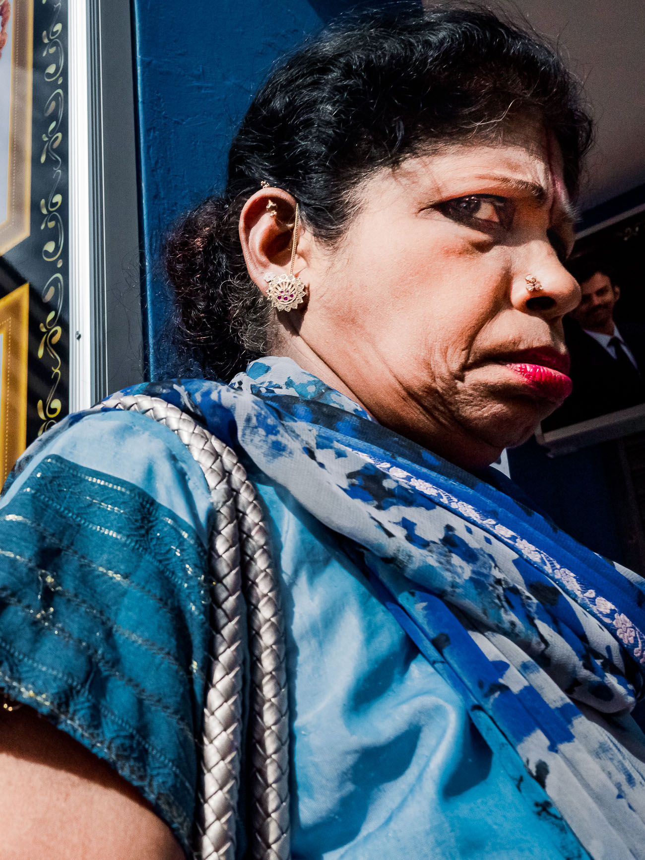 Frau in Singapore schaut grimmig
