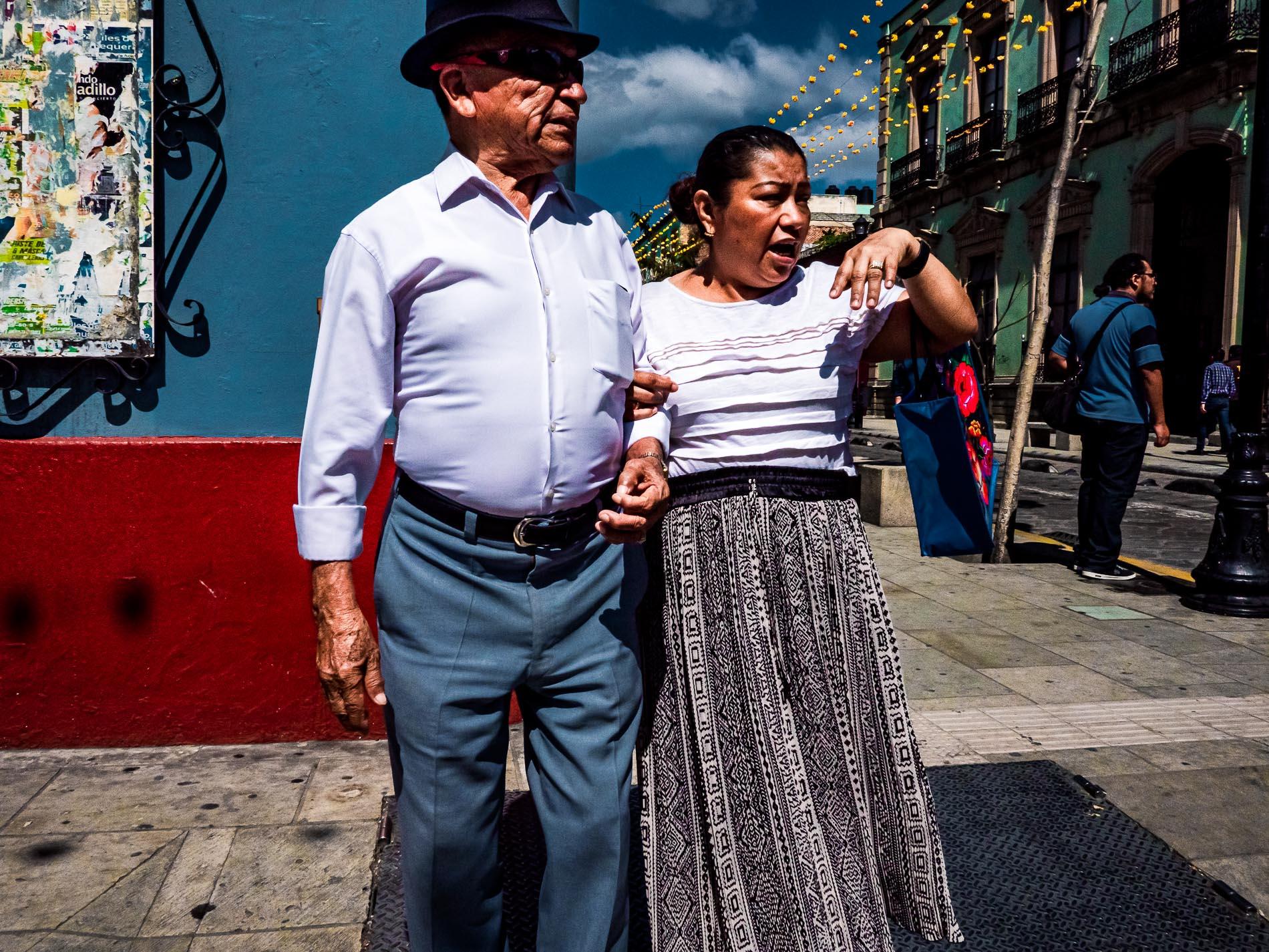 Ein Paar wartet um die Straße zu überqueren in Oaxaca, Mexiko