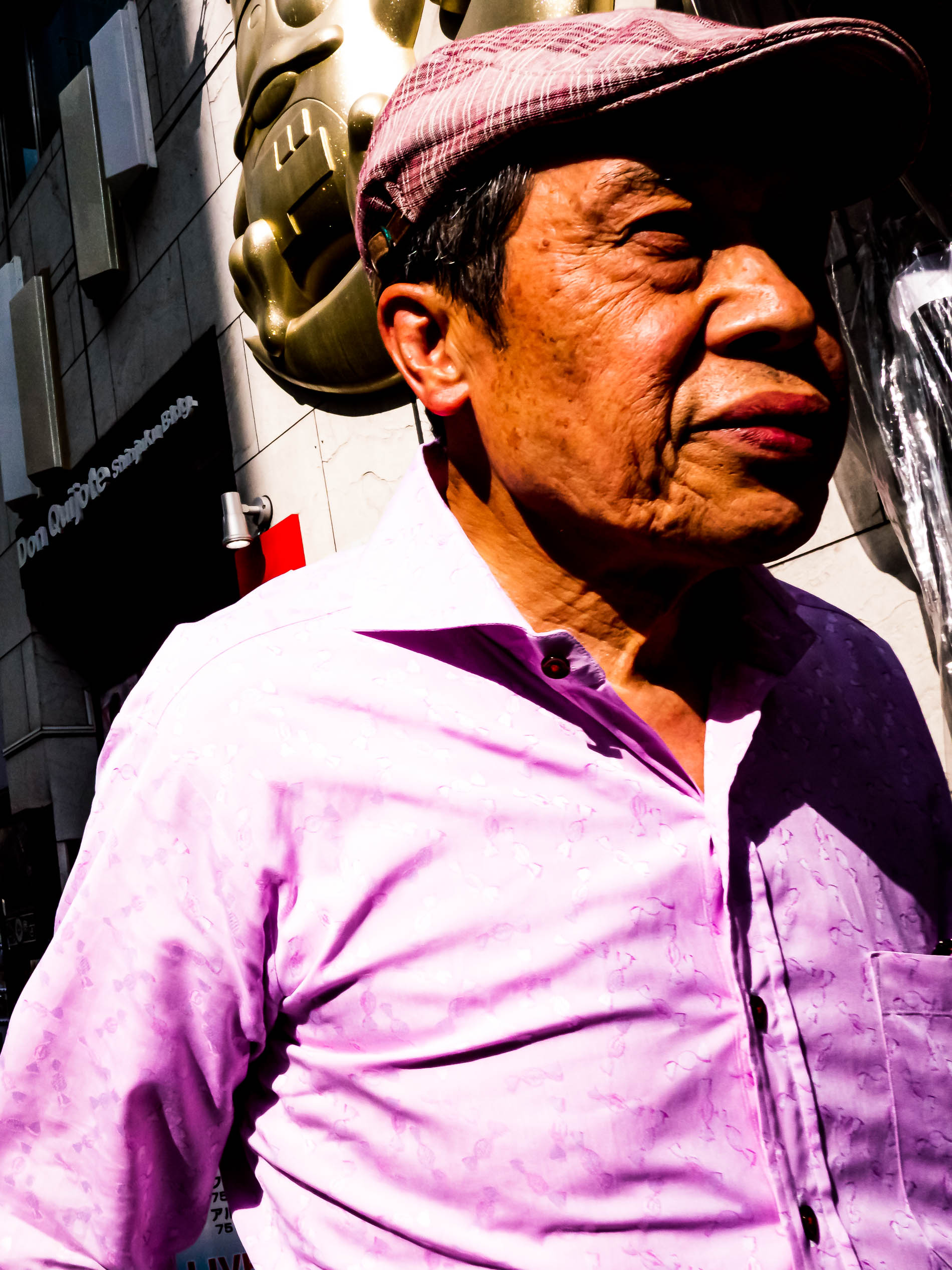 Mann mit rosa Hemd in Tokio, Japan