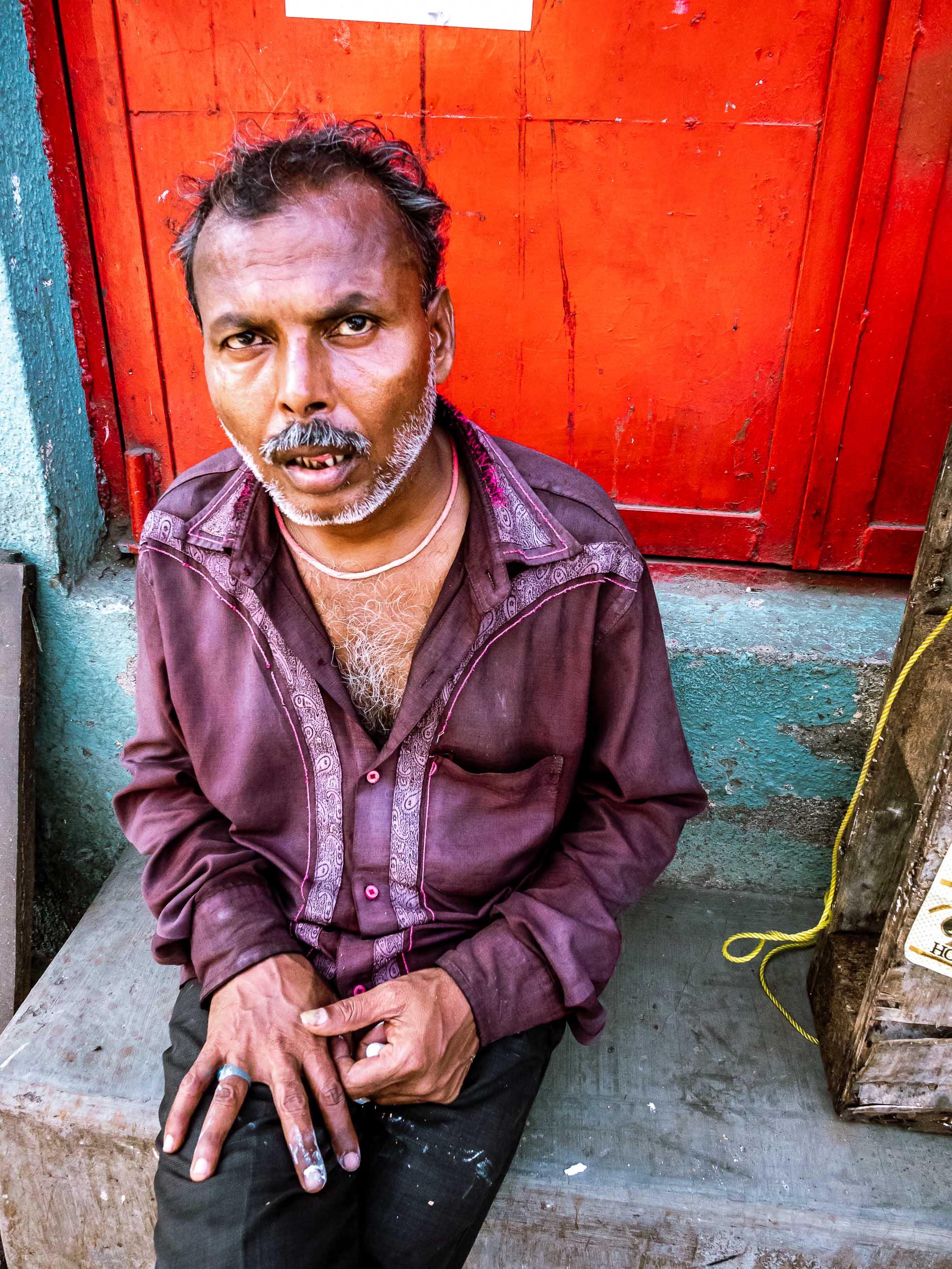 Mann in Powai, Indien, sitzt