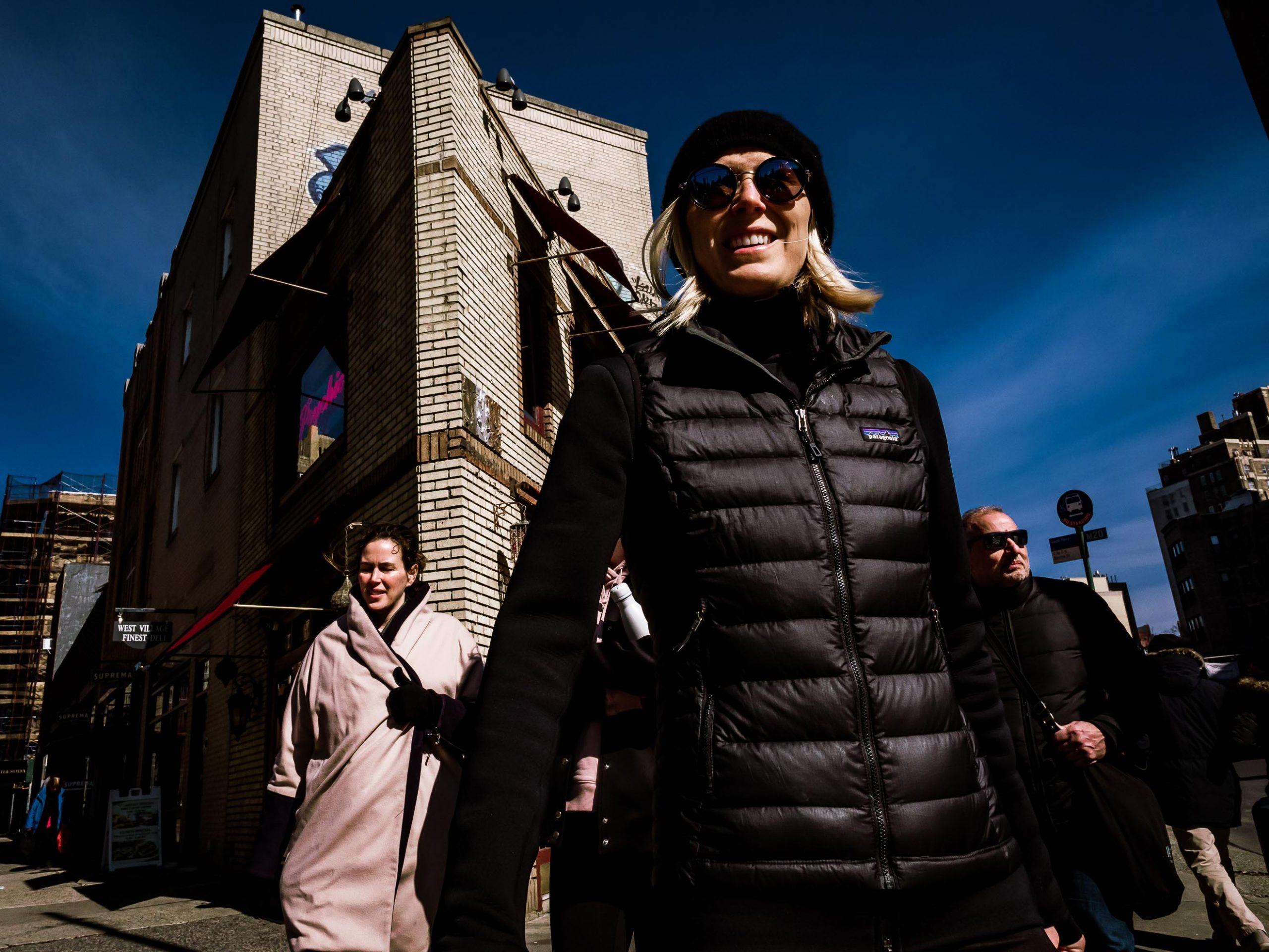 Gruppe von Menschen in New York City an einer Strassenecke
