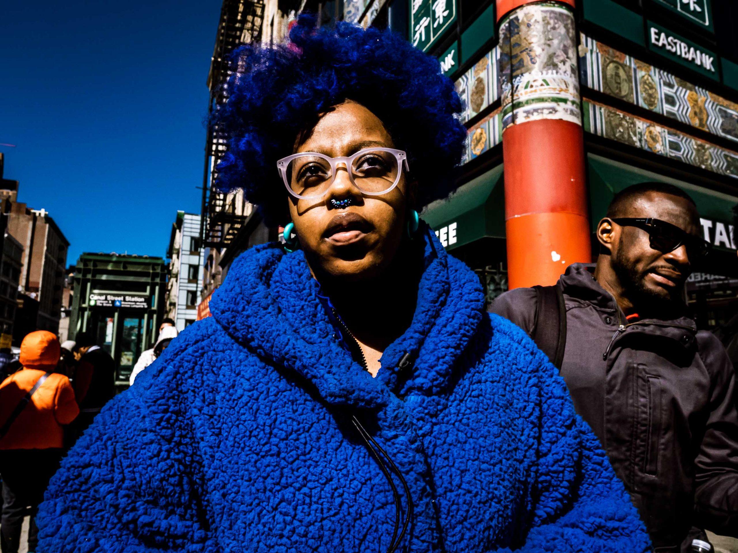 Junge Frau in Blau in New York City
