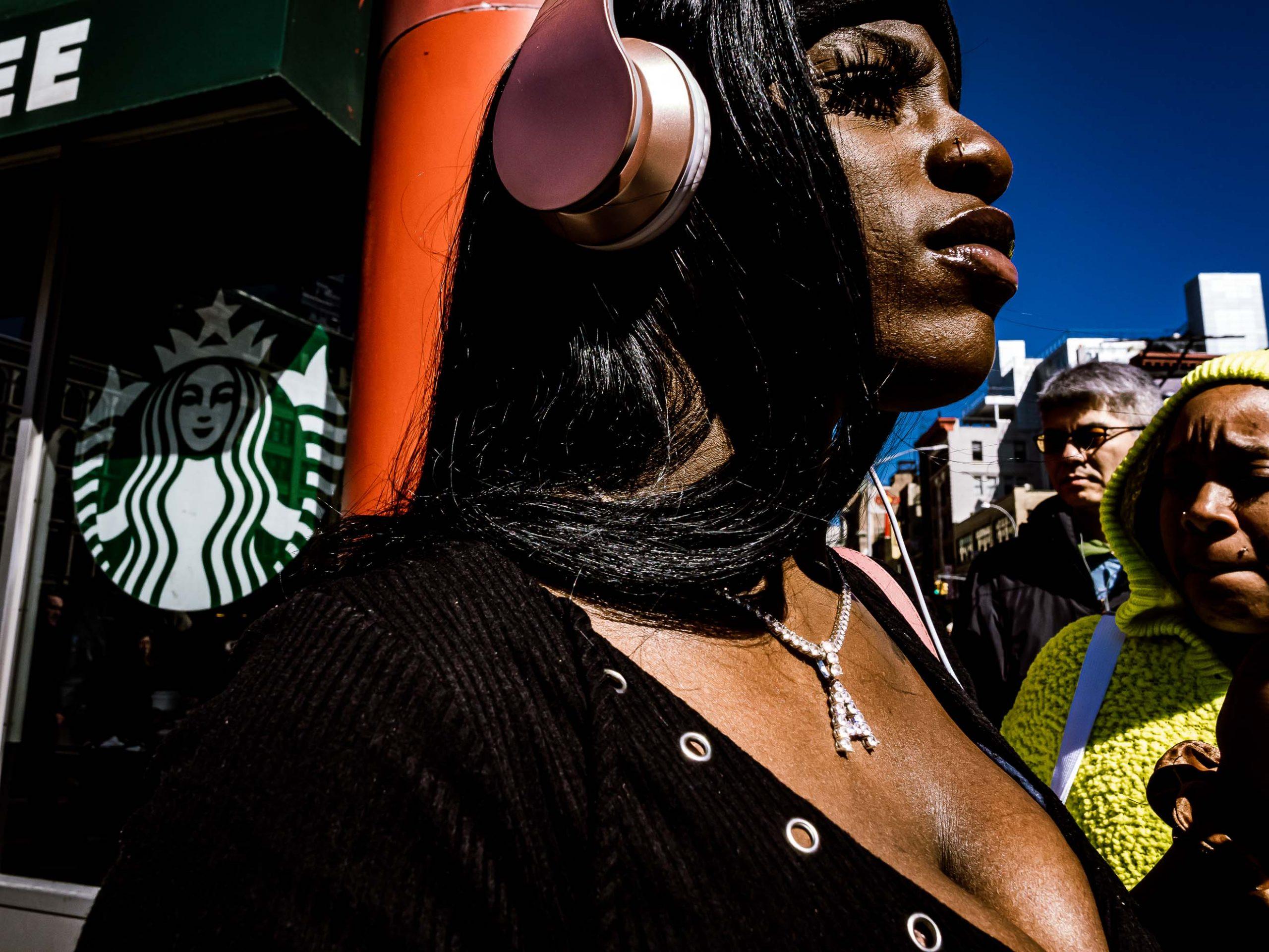 Starke Frau auf den Straßen von New York City