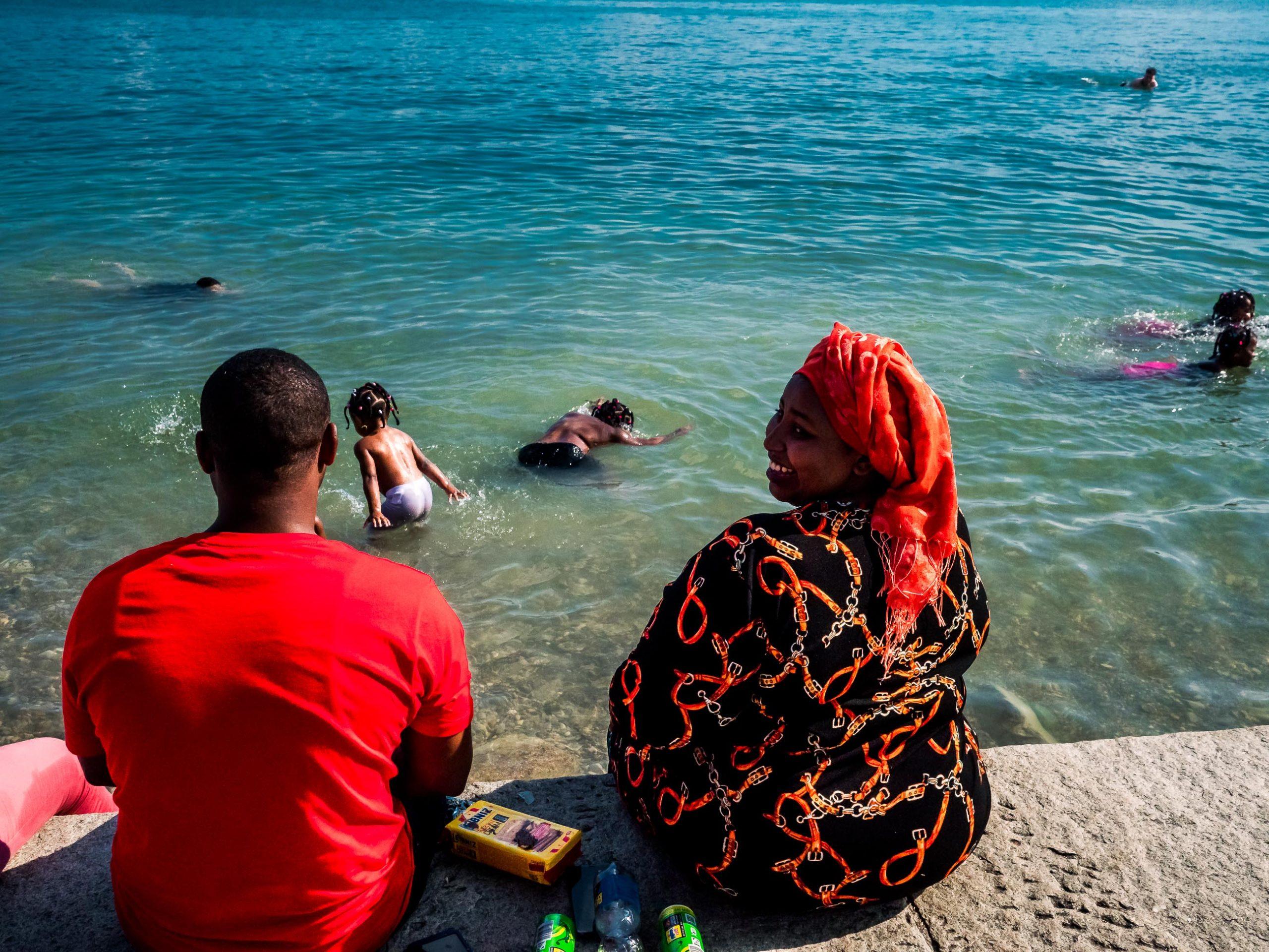Menschen auf der Strandpromenade in Starnberg am See in Bayern Afrikanische Großfamilie