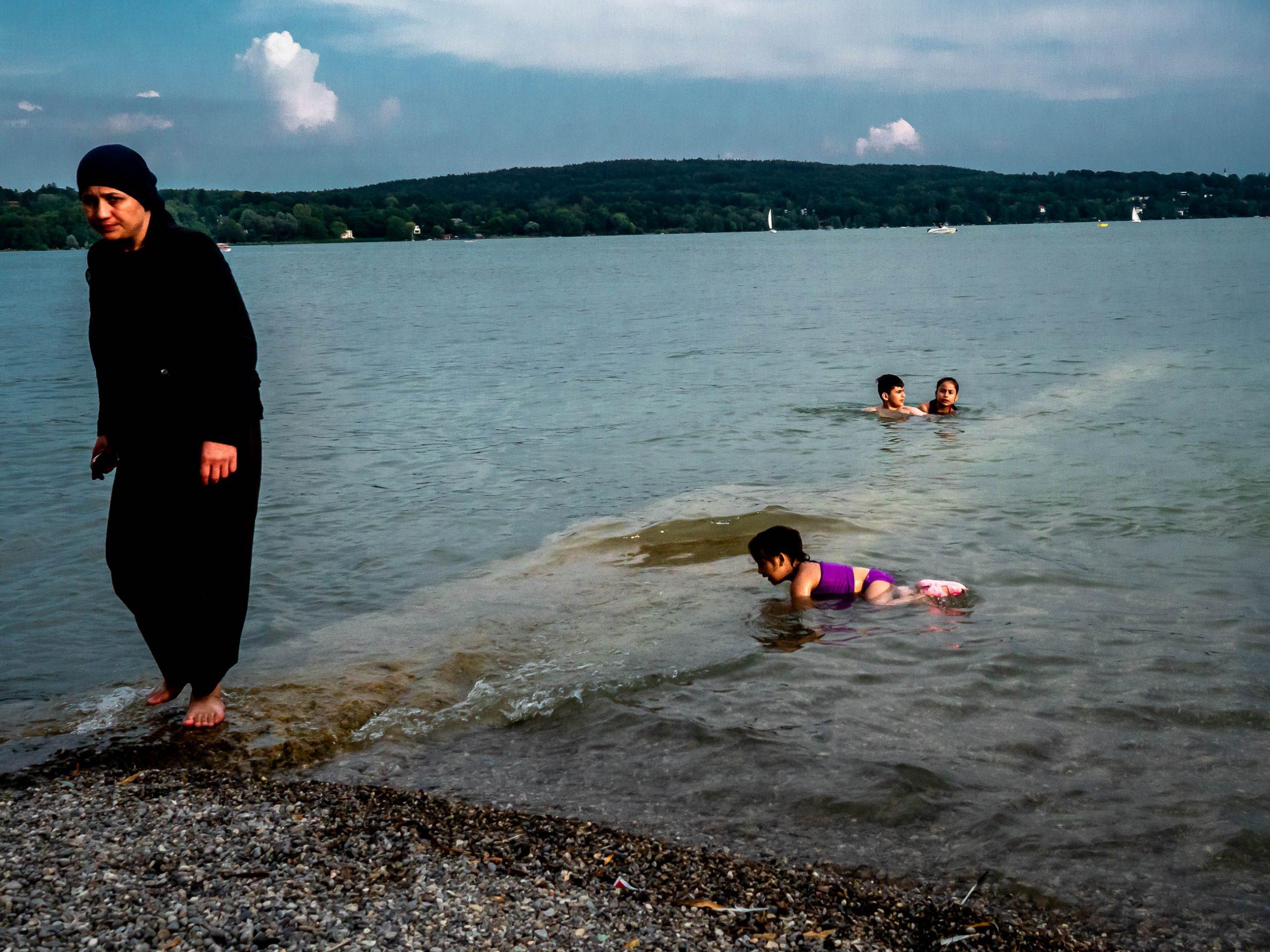 Arabische Mutter im See Menschen auf der Strandpromenade in Starnberg am See in Bayern