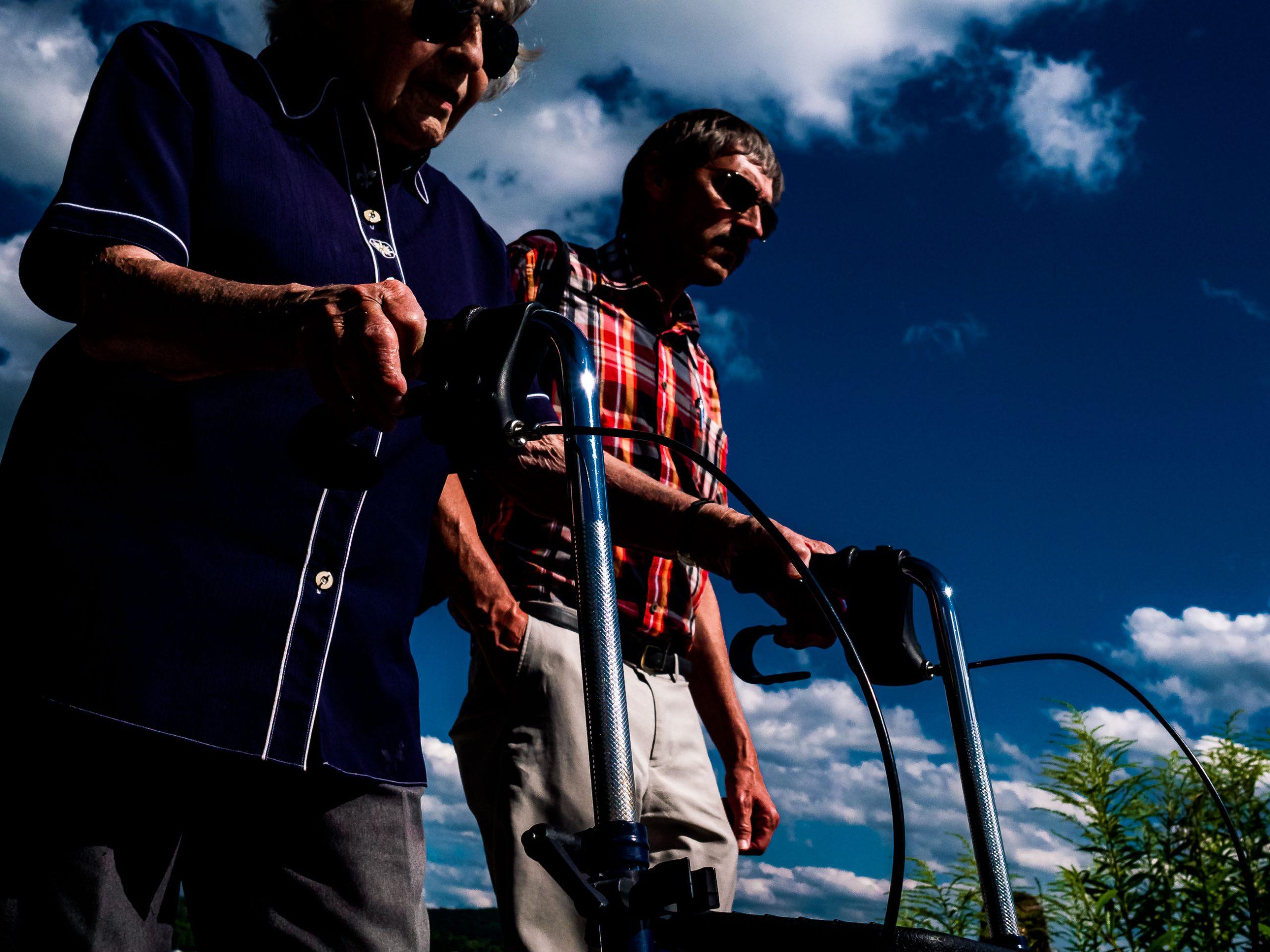 Älteres Paar an der PromenadeMenschen auf der Strandpromenade in Starnberg am See in Bayern,