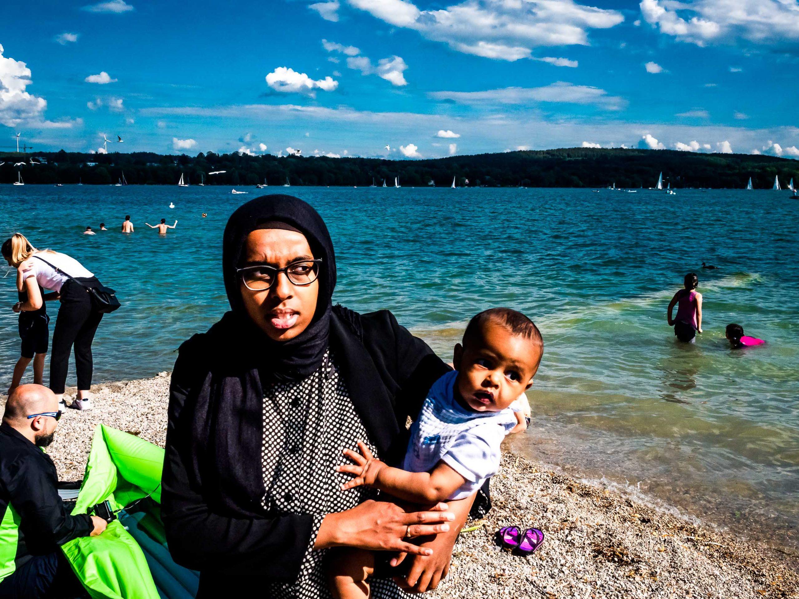 Arabische Mama und Kinder Menschen auf der Strandpromenade in Starnberg am See in Bayern,