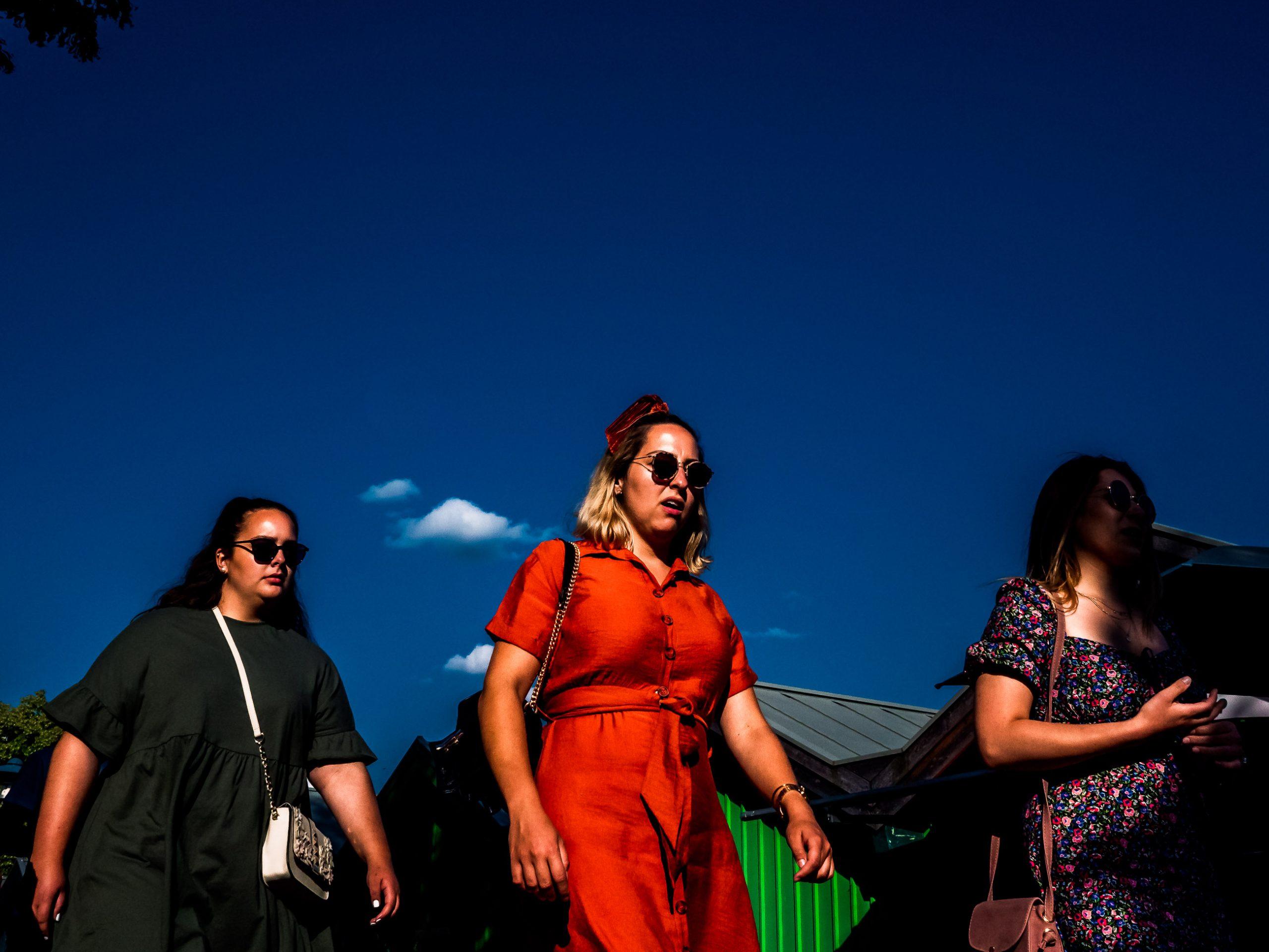 Drei Frauen auf dem Weg zur Strandkneipe  Menschen auf der Strandpromenade in Starnberg am See in Bayern,