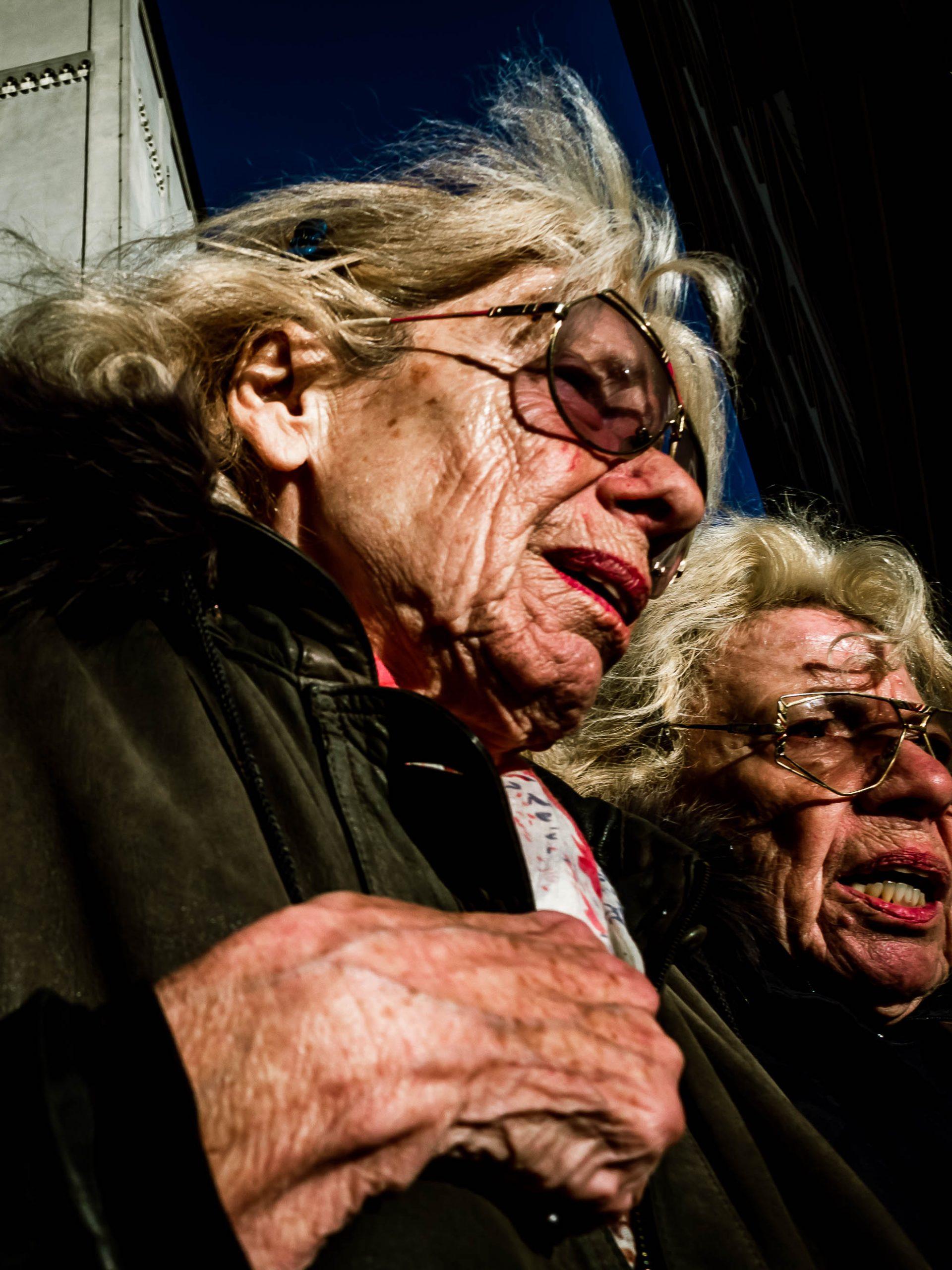 zwei ältere Damen am Marienplatz in München