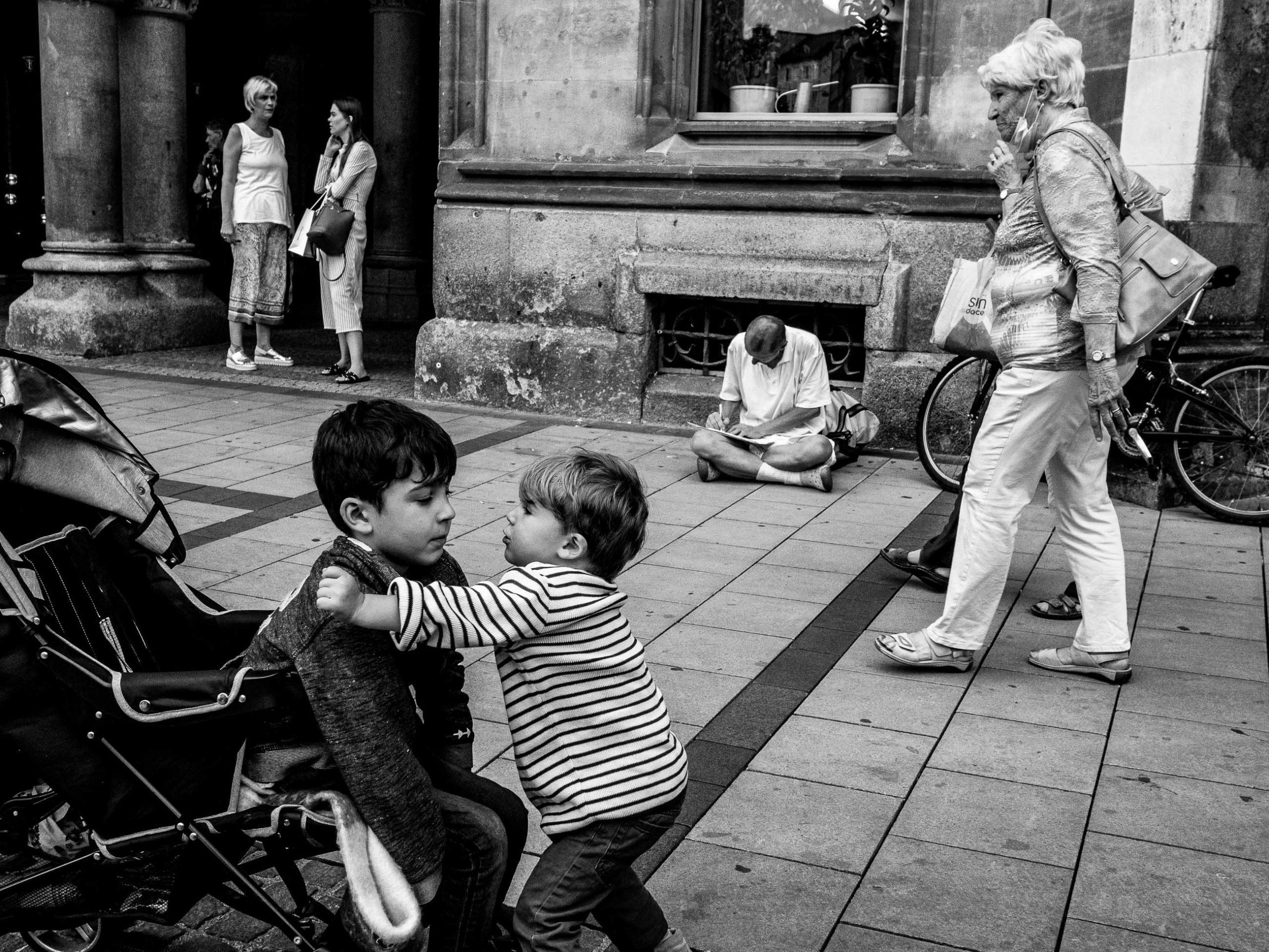 Geschwister in ein paar Passanten am Marienplatz in München
