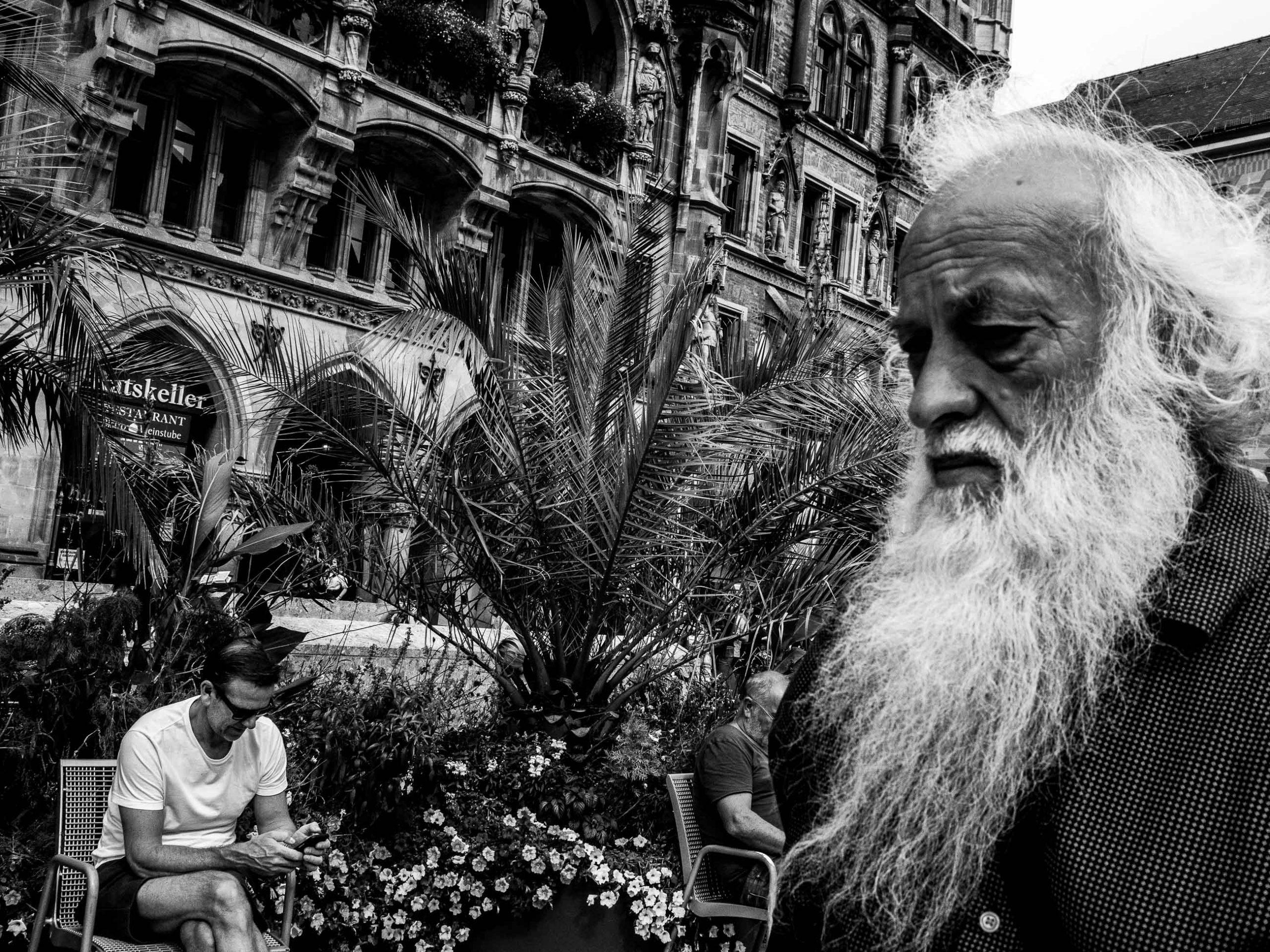 Alter Mann mit langem weißen Bart am Marienplatz in München